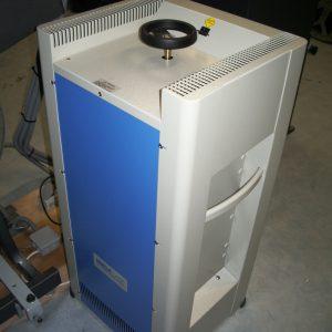 Redresseur acheté en 2007 par l'association. Il permet de passer d'un courant alternatif à un courant continu pour fournir 83A à la lampe.