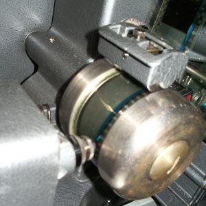 La bande son étant bleue, elle est lue par un laser rouge (si si , c'est vrai ! )
