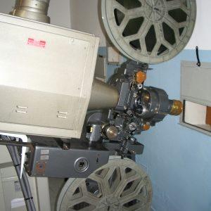 Projecteur récupéré par les membres de l'association, de marque Cinemeccanica, aujourd'hui toujours fabriqué en Italie