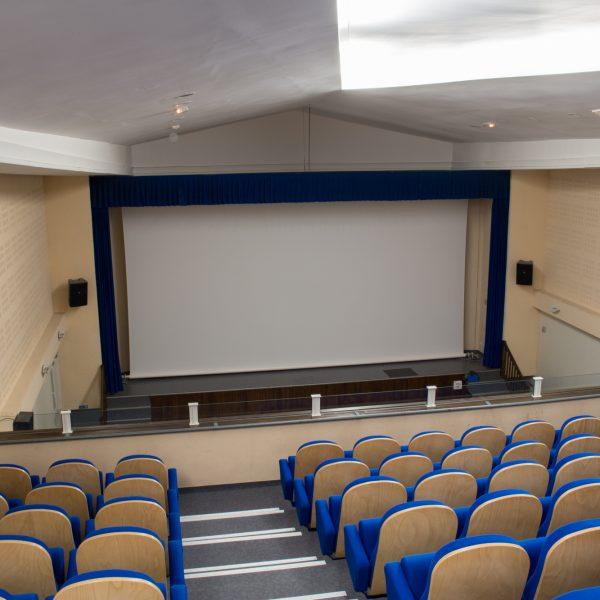 La salle avec écran